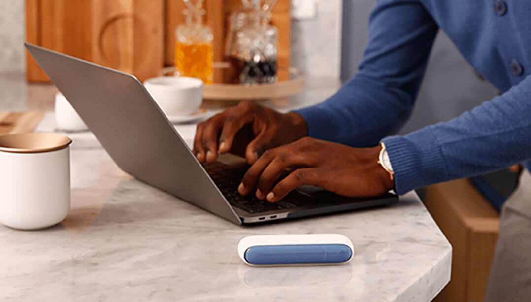 Men using laptop and IQOS 3